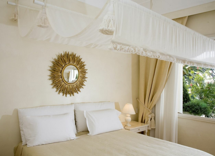canopy luxury bed suite capri holidays