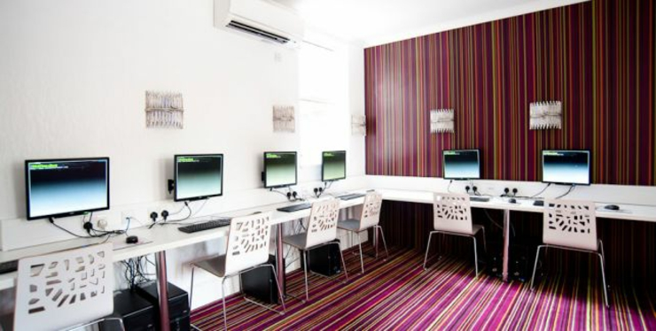 Internet Hi Tec Modernly Equipped Room