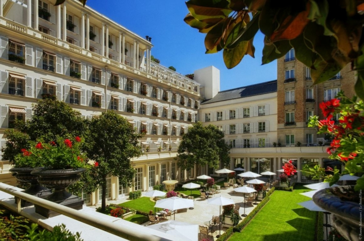 Unique luxury hotel in paris le bristol for Unique luxury hotels
