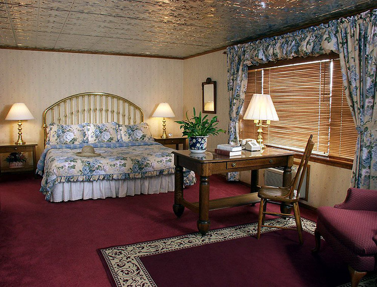 warm stylish luxury guestroom parkway inn jackson hole