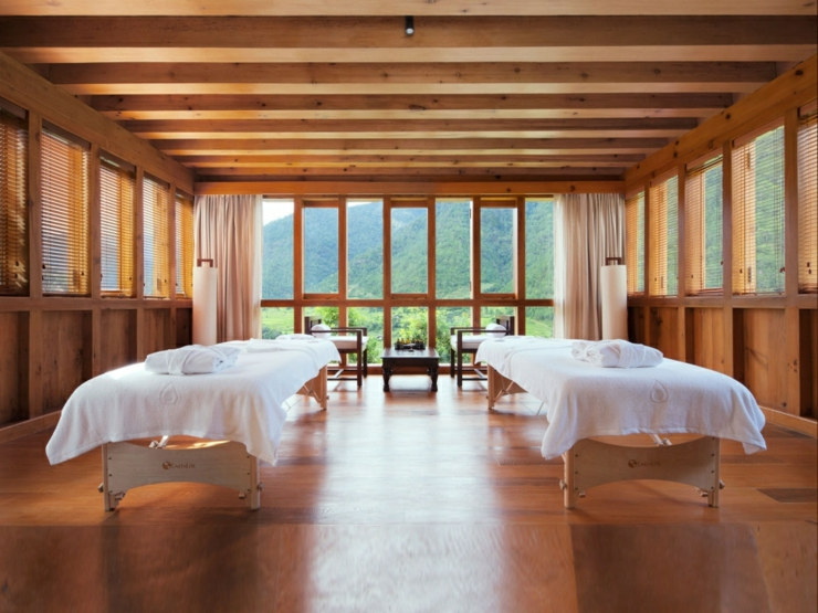 Rustic design hotel uma punakha in bhutan for Design wellness hotel
