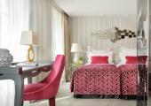 suite in white and pink design hotel paris
